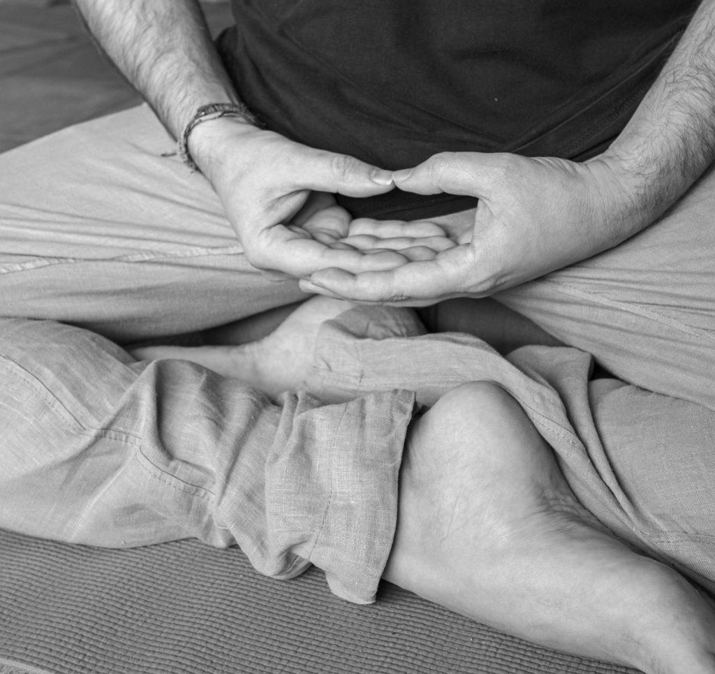 meditación y postura del cuerpo para favorecer la concentración y la calma mental