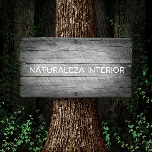 Arbol con cartel Naturaleza interior