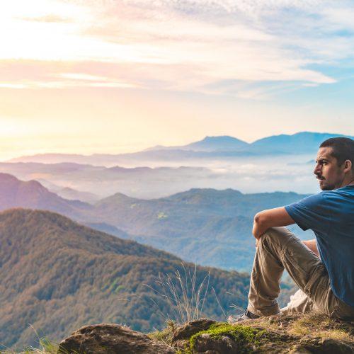 Hombre contemplando paisaje mindfulness autoconocimiento