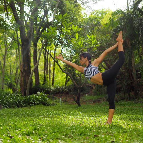 estiramientos de yoga en la naturaleza